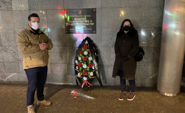 Независимые депутаты Мосгордумы принесли траурные венки к зданию Москомархитектуры