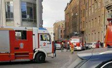 В Петербурге пожарные спасли трех человек с балкона горящей квартиры